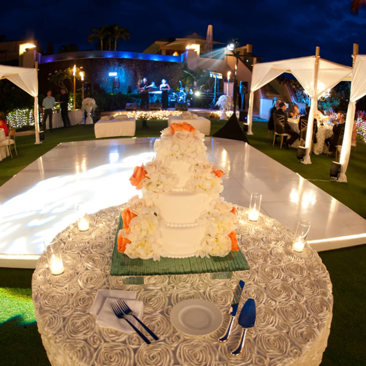 Maui destination wedding hawaii resort wedding four seasons the white wedding cake is adorned with coral flowers dhlflorist Image collections