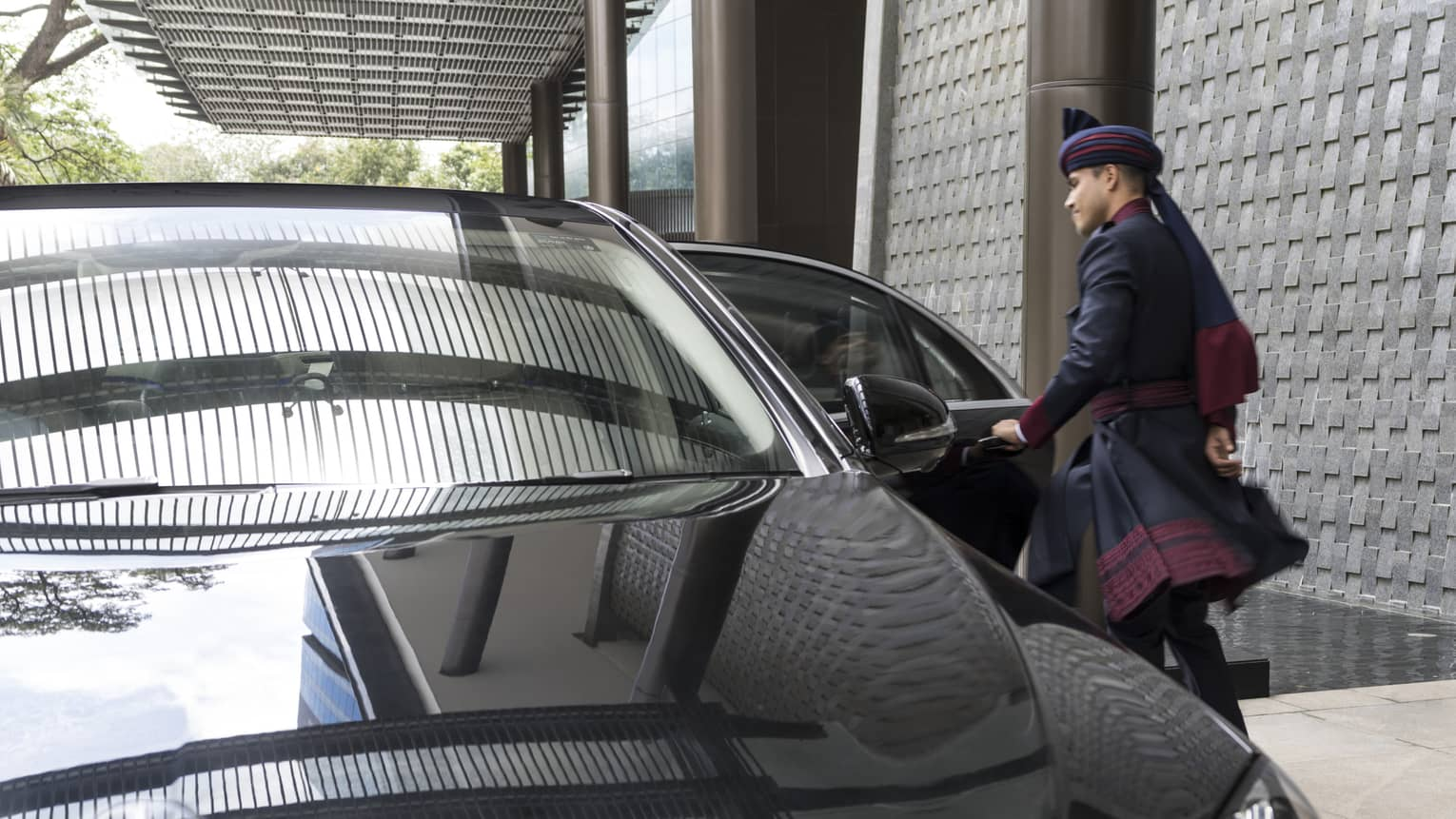 A black Mercedes pulls up to the entrance of Four Seasons Bengaluru