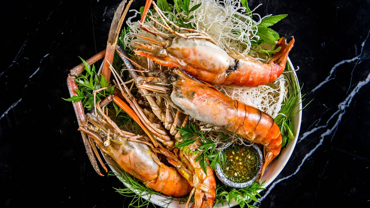 Goong Mae Narm Yang giant cooked river prawn shrimp on bed of seaweed