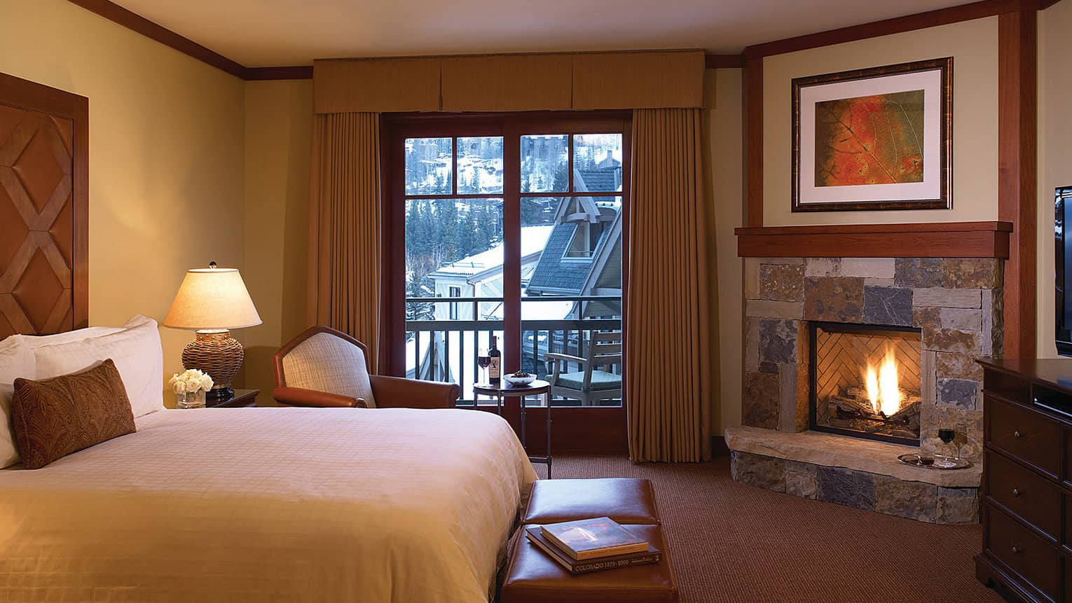 Mountain-View Room with bed, armchair, gas-burning fireplace and balcony