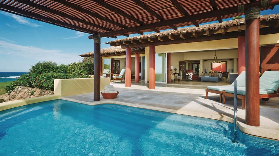 Five-bedroom villa oceanfront swimming pool, large patio and open wall to indoor living room