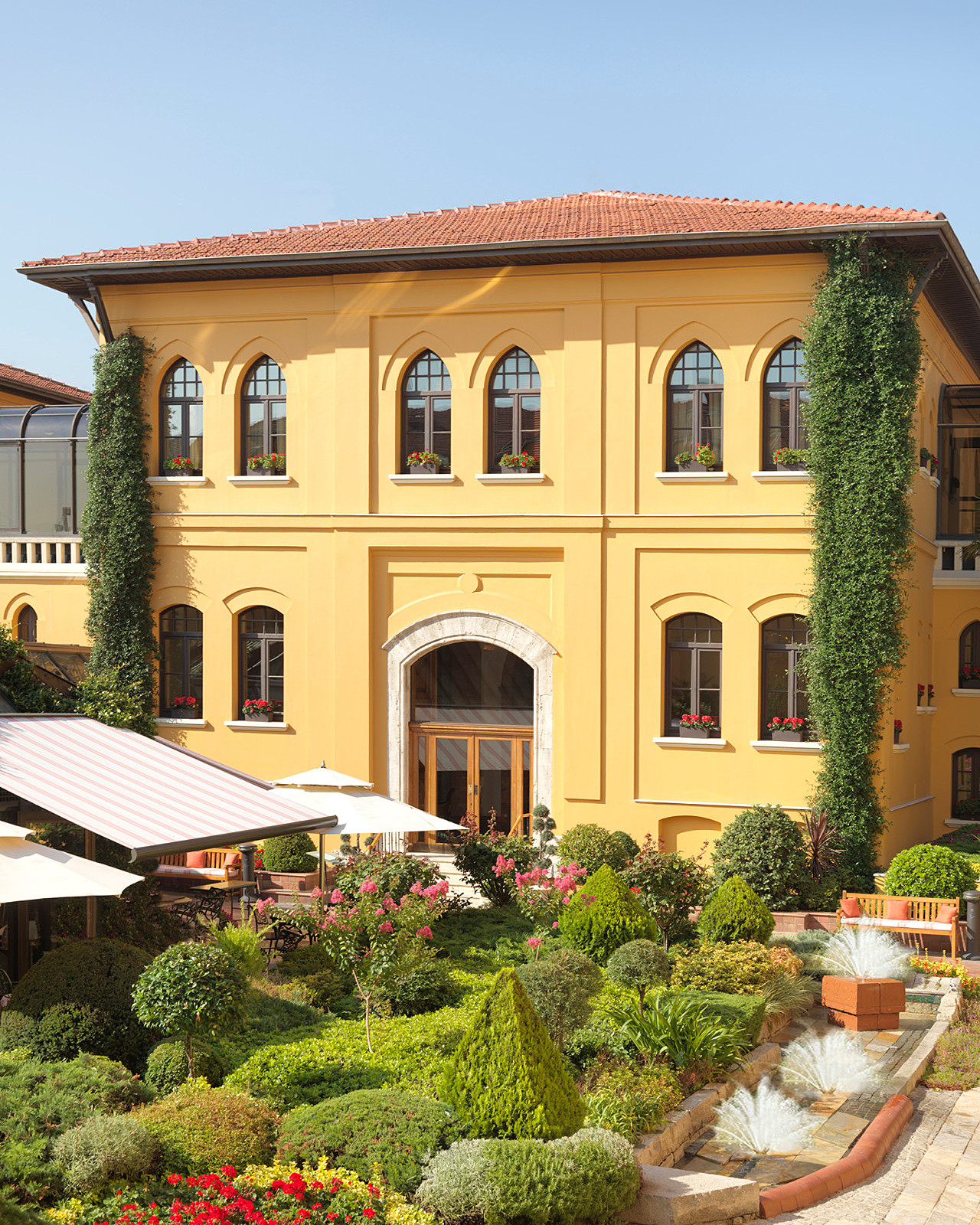 Four seasons hotel istanbul at sultanahmet offers local for Educa suites istanbul