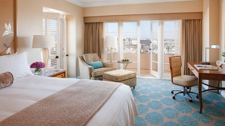 Premier balcony room los angeles hotel four seasons for The family room los angeles