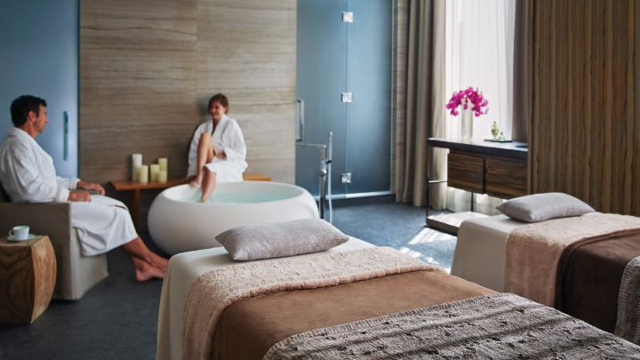 Toronto honeymoon hotel suites packages four seasons for Honeymoon suites in louisville ky
