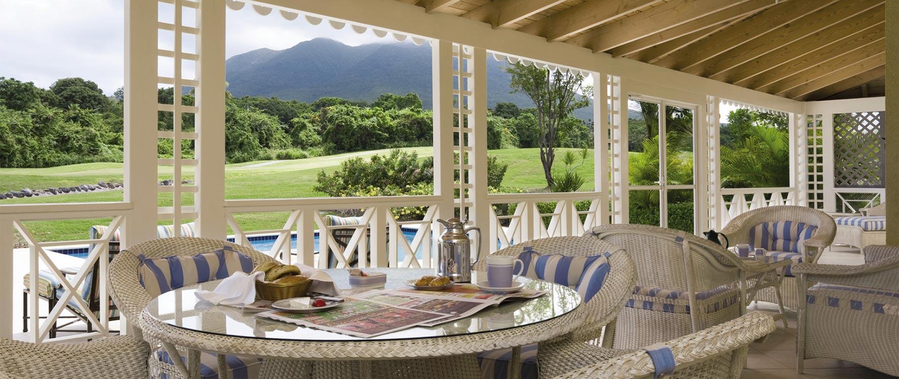 Screened veranda/lounge area
